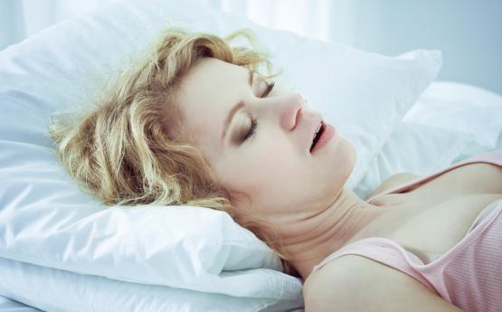 3 լուրջ պատճառ, թե ինչու ենք քնած ժամանակ քրտնում