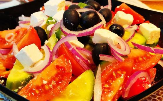 Հունական աղցանի շատ օրիգինալ բաղադրատոմս, ստացում է շատ համեղ