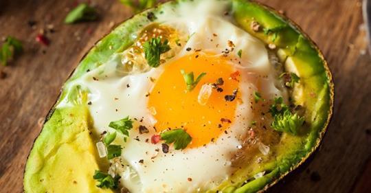 Как приготовить яйцо внутри авокадо для завтрака, сжигающего жир и стимулирующего мозг